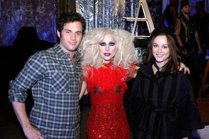 Penn Badgley som Dan, Lady Gaga, Leighton Meester som Blair.