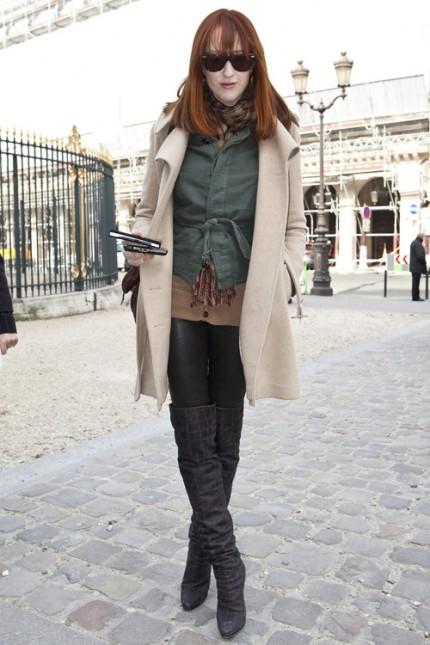 Modellen och sångerskan Karen Elson i kamelfärgad kappa.