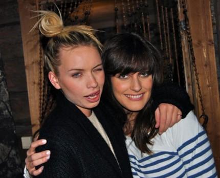Modellerna Alexandra och Tia backstage på plåtningen för Bik Bok.
