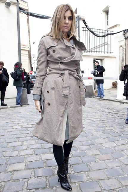Carine Roitfeld i trenchcoat under Paris Fashion Week, A/W 2010.
