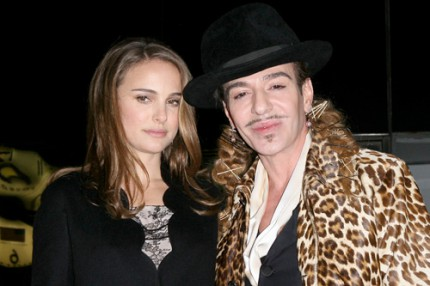 Natalie Portman och John Galliano den 8 december 2010.