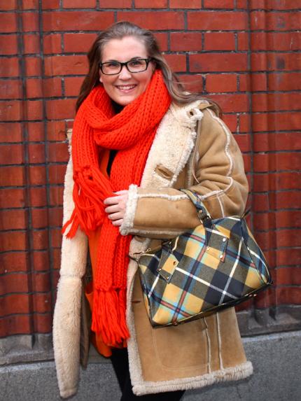 Hulda Andersson med sin Vivienne Westwood-väska.