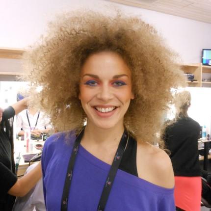 Stort hår och färgglad makeup!