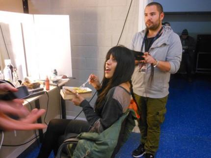 Loreen passar på att äta lite medan Emir Kapetanovic fixar hennes hår.