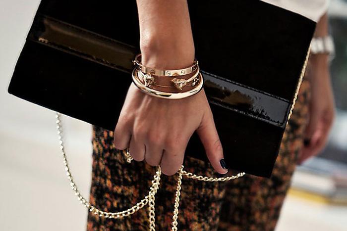 Sofi Fahrman bär sitt Cartier Love bracelet med andra armband i guld. 90d86b16cf9ad