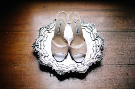 Bruden bar ett par skor från Manolo Blahnik.