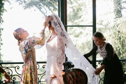 Mary-Kate och Ashley Olsen har sytt en brudklänning åt Molly Fishkin.