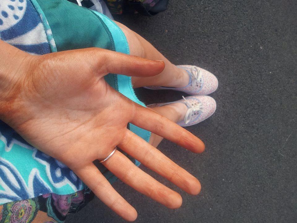 brun utan sol händer