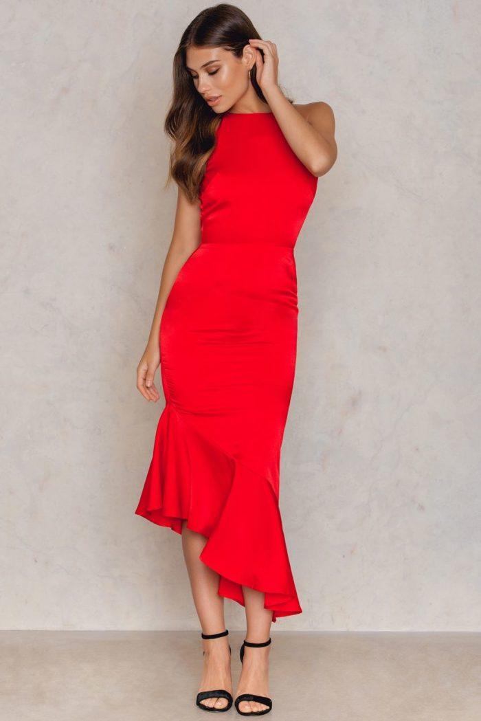 Röd klänning med volangdetalj nertill från Lavish Alice (reklamlänk via  Apprl) . Klicka hem här. (reklamlänk via Apprl) c18d709765812