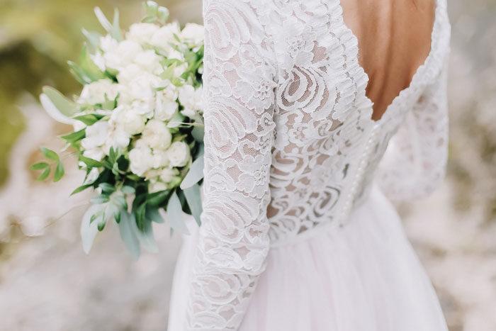 241d78bf85e Saken ska vara något som är införskaffat specifikt för bröllopet, till  exempel brudklänningen, vigselringarna, brudbuketten eller brudens  underkläder – med ...