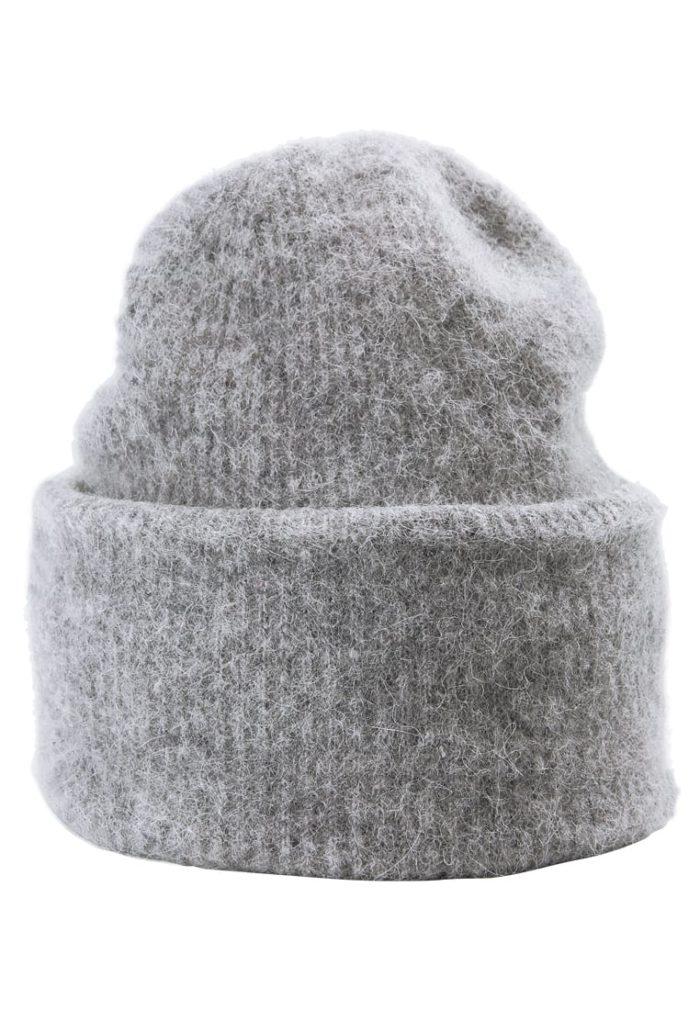 grå stickad mössa