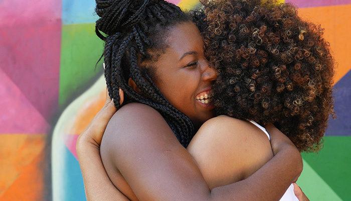 Två kvinnor kramas. Foto: Shutterstock