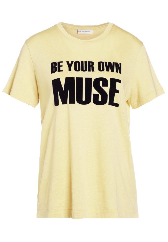 """23c7b43c97f Gul t-shirt med texten """"be your own muse"""" från By Malene Birger (reklamlänk  via Tradedoubler) . Läs mer och köp här. (reklamlänk via Tradedoubler)"""