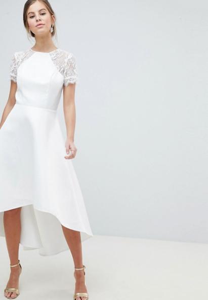 001217424f58 Vit brudklänning med kort ärm i spets från Chi Chi London (reklamlänk via  Awin) .