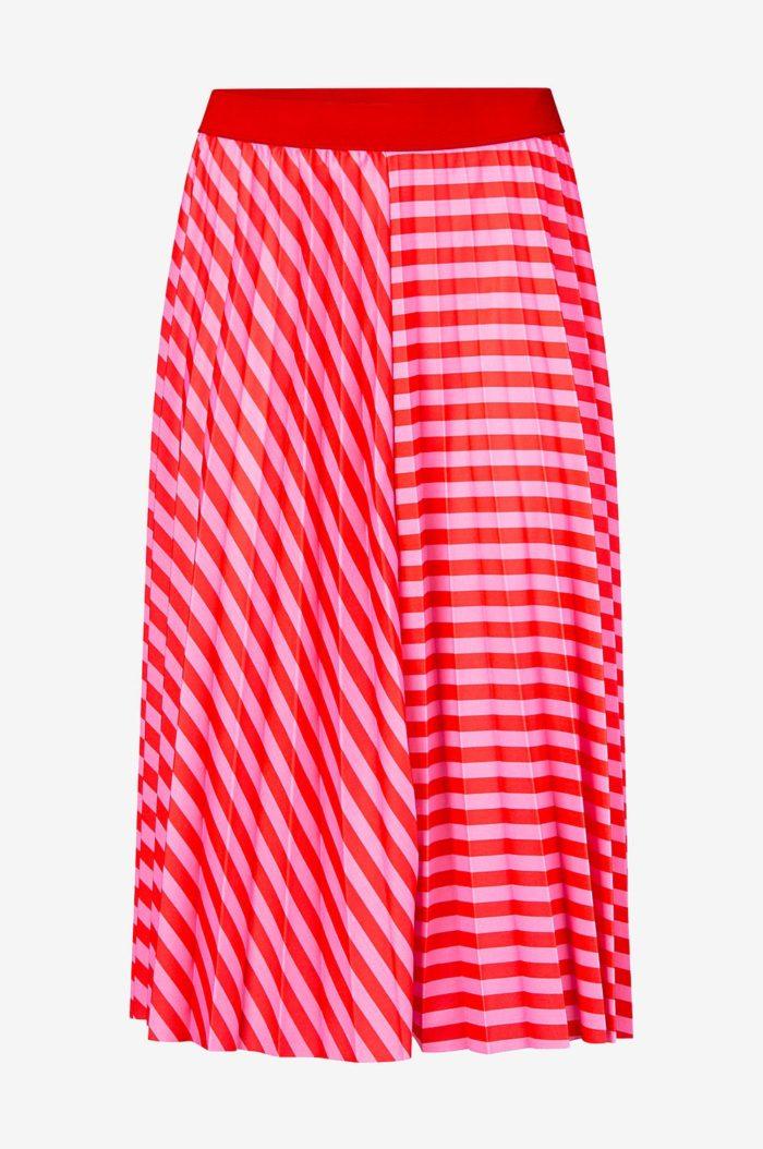 fd0e5cd59815 Randig kjol i rött och rosa från Ellos (reklamlänk via Awin) .