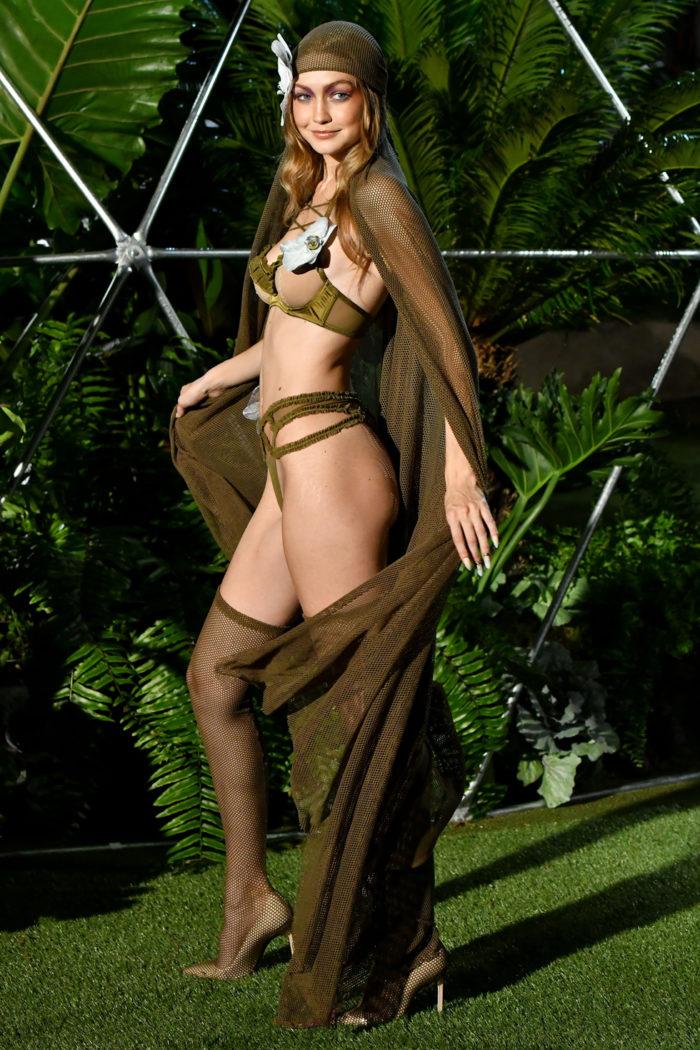 Bella Hadid visade upp underkläder på Rihannas visning under New York Fashion Week 2018.