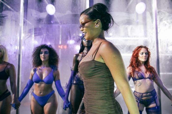 Rihanna visar underkläder under New York Fashion Week 2018.