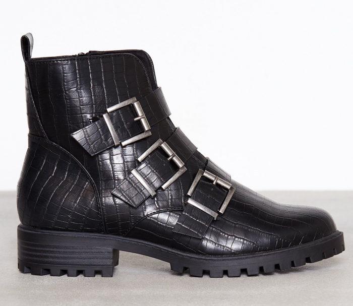 Svarta boots med spännen