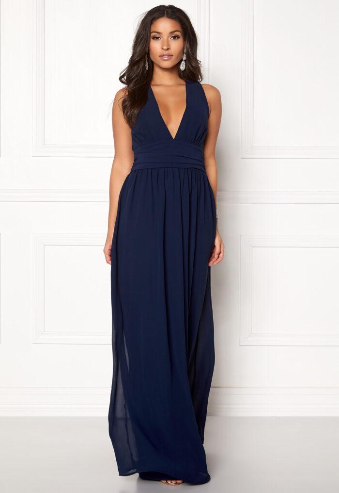 d46e0181a321 En bild på en mörkblå långklänning i klassiskt snitt från Bubbelroom.