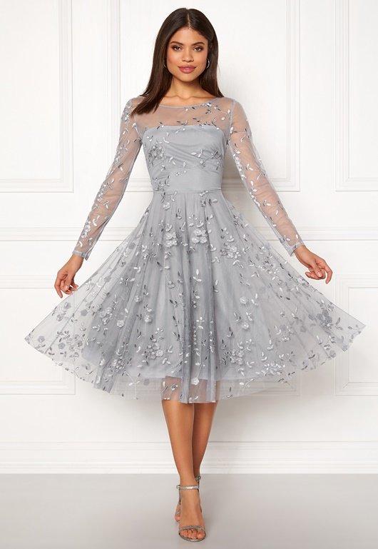 043c207f93ee En bild på en långärmad klänning från Goddiva med broderade detaljer.