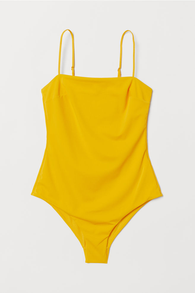 e3a1e269 Gul baddräkt med smala band. Här kan du köpa den (reklamlänk via Apprl) .  Blåvitrandig bikini