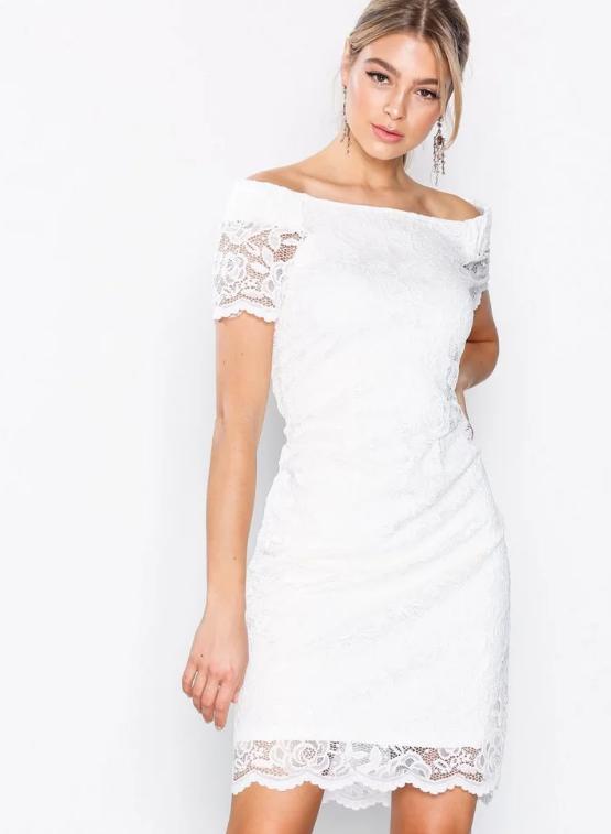 0c968210b68b Läs mer och köp här. (reklamlänk via Apprl). En bild på en off shoulder-klänning  från VILA med spetsdetaljer.