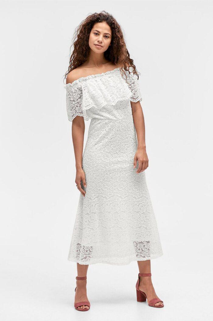 008aab4d6584 Vit spetsklänning i off shoulder-modell till sommaren 2019