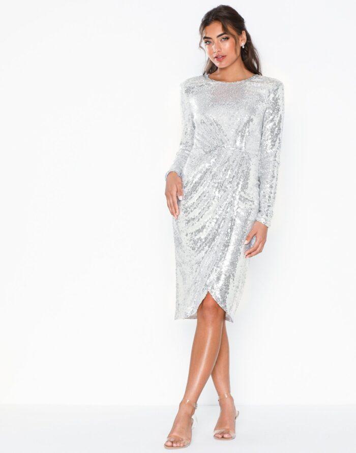 Silverfärgad paljettklänning med axelvaddar till nyår 2019