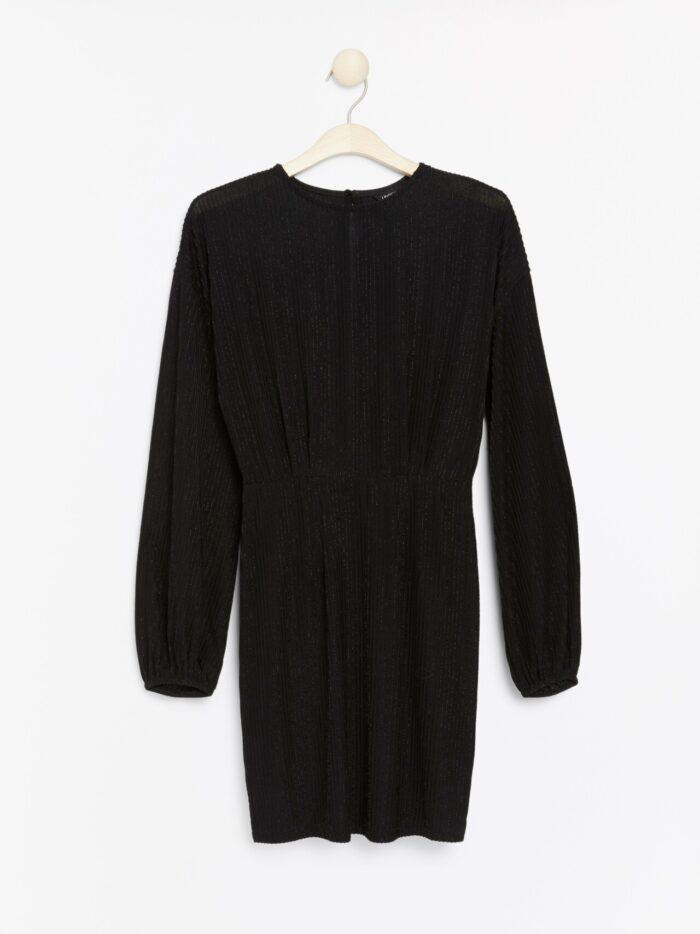 Svart skimrande klänning med lång ärm
