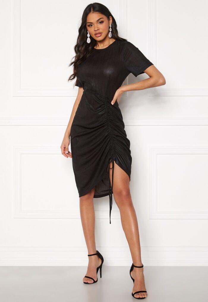 Svart klänning med drapering