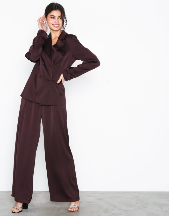 Vinröd kostym för dam till fest