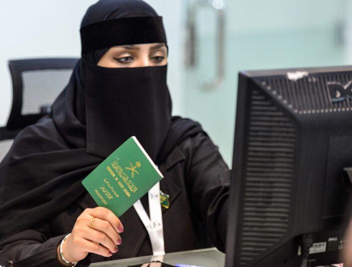 Saudiska kvinnor får skaffa pass