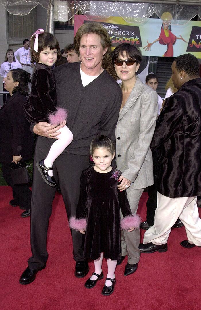 En bild på Bruce Jenner, Chris Jenner, Kendall Jenner och Kylie Jenner, 2000.