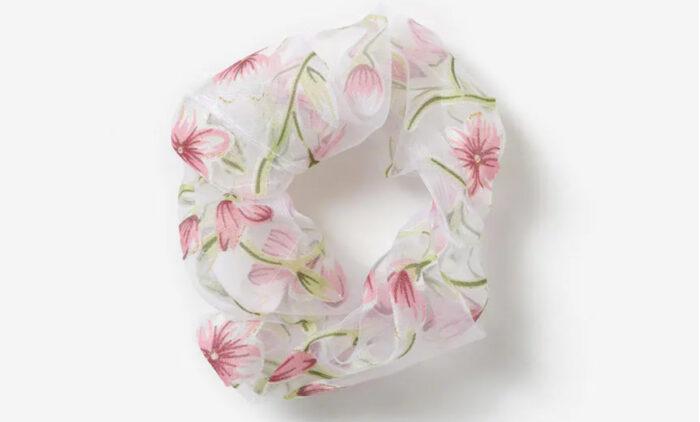 blommig scrunchie från gina tricot