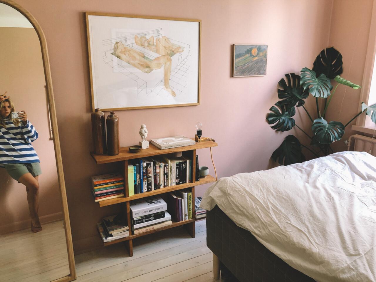 Sovrummet – med ny hylla och nya tavlor