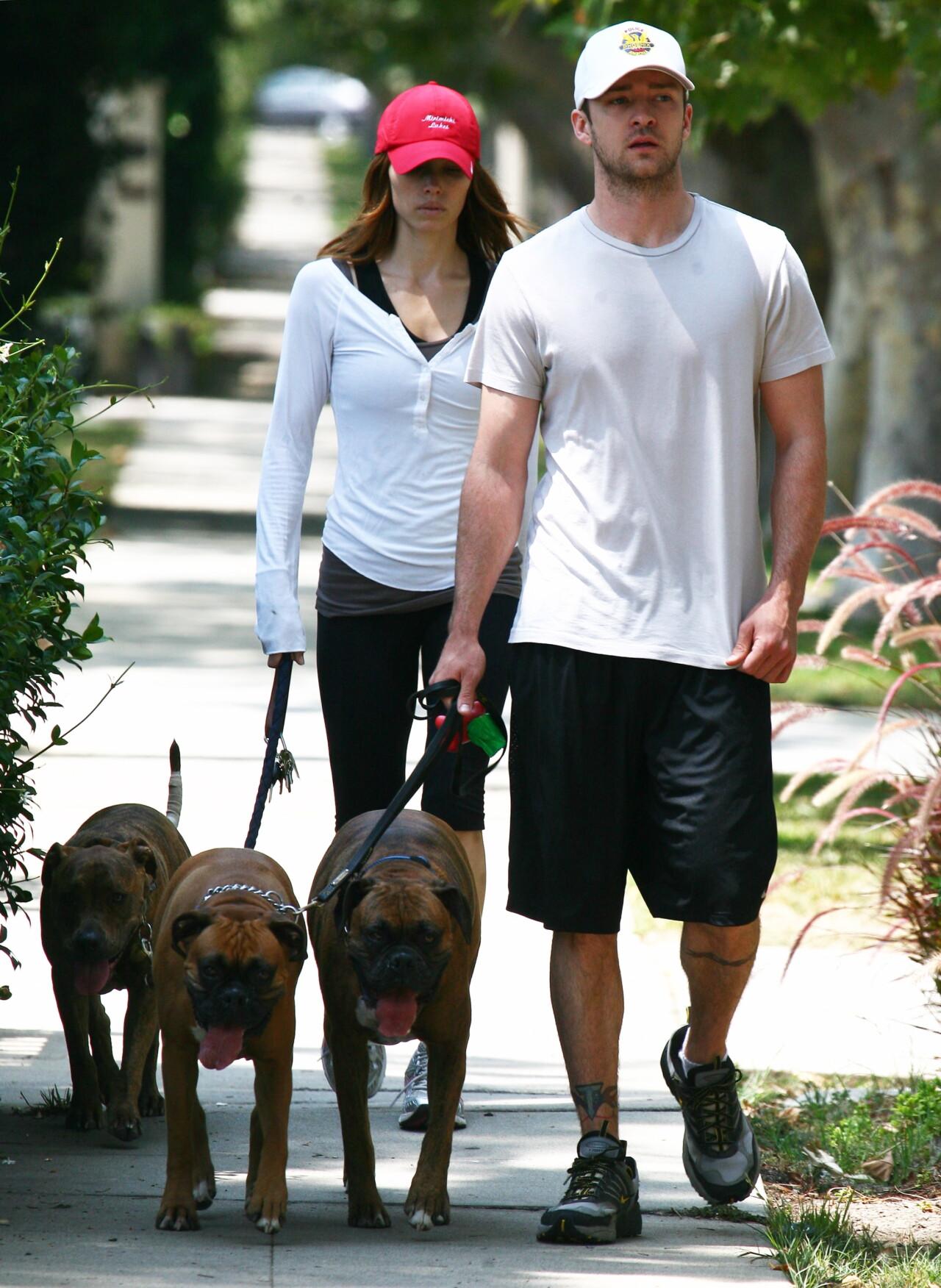 Justin Timberlake och Jessica Biel på hundpromenad